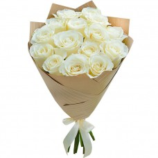Букет Белые розы в крафте из 15 роз